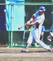 徳島対香川 6回裏、徳島は先頭の小林が今季初本塁打を放ち3-0と突き放す=三好市吉野川運動公園野球場