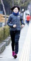 とくしまマラソンに向けて練習する折野さん=徳島市徳島町