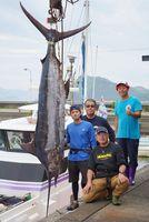 3メートル超のクロカワカジキを釣り上げた挟子さん(左端)ら=阿南市中林町の中林漁港
