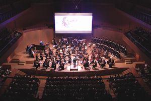 手塚治虫のアニメに合わせて演奏するとくしま記念オーケストラと徳島少年少女合唱団=徳島市の徳島文理大むらさきホール
