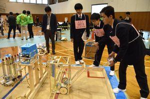 自作のロボットを懸命に操る参加者=鳴門教育大