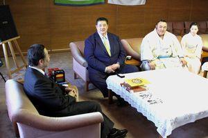 飯泉知事と歓談する佐渡ケ嶽親方(左から2人目)と琴勇輝(同3人目)=県庁