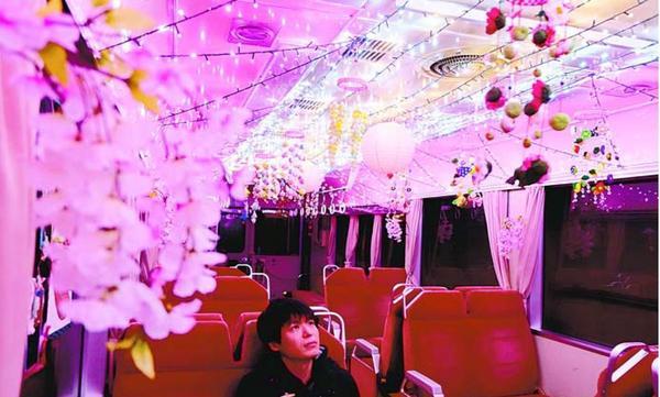 桜の造花やLEDの光で彩られた車内=海陽町の阿佐東線