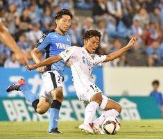 前半、自陣ゴール前に戻って懸命にクリアする徳島の衛藤(右)=静岡県磐田市のヤマハスタジアム