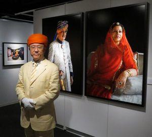 インド王族の暮らしぶりに迫る写真展を開いた三好さん=大阪市のニコンプラザ大阪