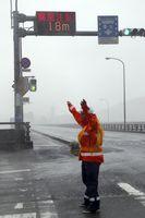 強風のため通行止めとなった吉野川大橋=4日午後1時ごろ、吉野川大橋北詰め