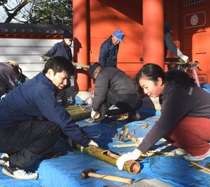 初詣客を迎える竹灯籠を作る住民ら=美馬市美馬町の安楽寺