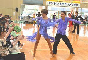 ダイナミックな踊りで観客を魅了するダンサー=北島町の北島北公園総合体育館