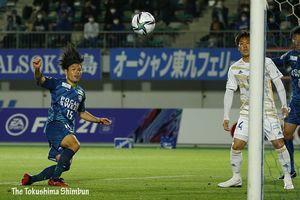 徳島対仙台 前半24分、岸本(左)がこぼれ球に反応しゴールに押し込み先制する=7日、鳴門ポカリスエットスタジアム