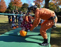 こども消防カーニバルで、ロープを使った救助活動体験をする参加者=徳島市のとくしま動物園