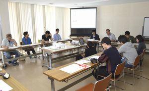 日和佐浦地区の古民家の保存・活用策について話し合う神奈川大の学生ら=美波町役場