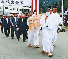 大嘗祭に調進する麁服を収めた唐びつを運ぶ関係者=美馬市木屋平の木屋平総合支所