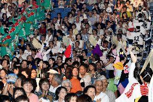 選抜阿波踊り大会前夜祭で華やかなフィナーレに見入る観客=アスティとくしま