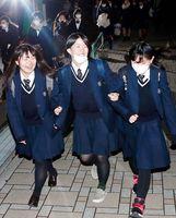 大学入試センター試験の初日の日程を終え、試験会場から出てきた受験生=13日、徳島大常三島キャンパス