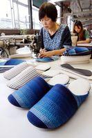 次々と縫い上げられる阿波しじら織のスリッパ=吉野川市山川町三島の佐藤化学
