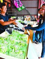 旬のブドウを求める客でにぎわう直売所=阿波市土成町宮川内