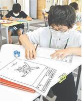 新しい飛行機の形を考える子どもたち=松茂町広島のマツシゲート