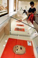 人の顔をかたどった木偶や土器などを紹介する特別企画展=徳島市国府町の市立考古資料館