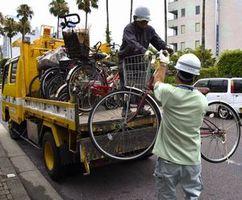 放置自転車をトラックに積み込む県職員ら=徳島市新町橋2