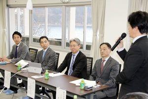 美波町を訪れ、影治町長(右)らとの意見交換会に出席する(左から)増田さん、富永さん、徳島さん、廣田さん=同町日和佐浦のミナミマリンラボ