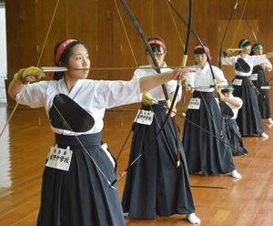 弓道女子団体で2連覇した板野の(手前から)島津、榊、近藤=県立中央武道館