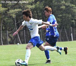 スピードのある攻め上がりを見せたDF内田裕(左)=宮崎市のシーガイアスクエア1