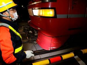 車と接触した名古屋鉄道の特急電車の先頭下部。事故でついたとみられる傷がある=11日午後10時52分、名古屋市南区