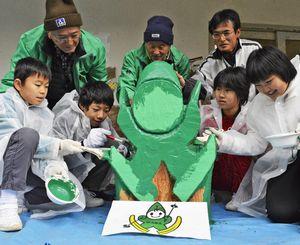 「かいなっ子」の看板に色を塗る井内小児童ら=同校