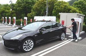 四国で初めて設置されたテスラ車専用の急速充電設備=鳴門市鳴門町のリゾートホテル・モアナコースト