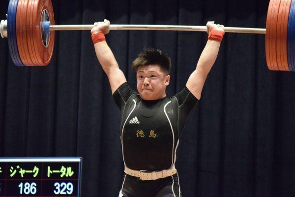 成年男子77キロ級のジャークでジュニア日本新を出して準優勝した原=愛媛県新居浜市市民文化センター