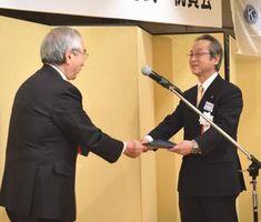 藤原さん(左)から認証状を受け取る永廣会長=徳島市のホテルクレメント徳島