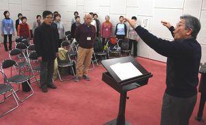 最後の合唱練習に励む参加者=鳴門市文化会館