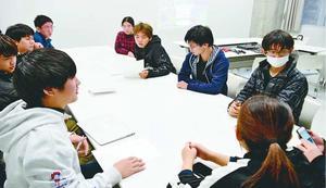 今後の部の運営方法について話し合うeスポーツ部員=徳島市の四国大