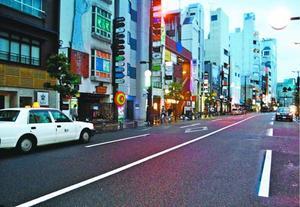 客待ちのタクシーの車列が途絶えた繁華街=徳島市秋田町