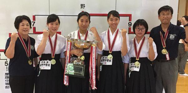 女子団体で優勝した板野の(左2人目から)寒川、島津、岡本、鴻池=東京・全日本弓道連盟中央道場