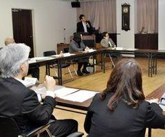 過疎地域の医療提供体制について話し合うプロジェクトチームのメンバー=三好市池田町の県立三好病院