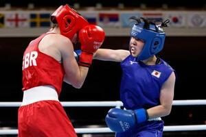 女子フェザー級準決勝 3回、英国選手(左)を攻める入江聖奈=両国国技館