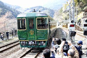 乗車率が95%に上っている観光列車「四国まんなか千年ものがたり」=三好市