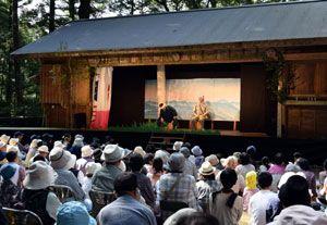 45年ぶりに復活した北川座の村芝居に見入る観客=那賀町木頭北川の北川農村舞台