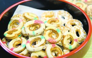 亥の子の祭りで子どもたちに振る舞われた麦菓子。白い輪っかがどことなくかわいらしい