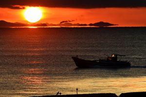 水平線上に浮かんでいるように見える和歌山県=午前6時46分、徳島市の小松海岸