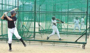 打撃練習に励む池田の選手