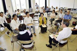 議員定数と報酬の在り方に意見を述べる市民=小松島市横須町の市総合福祉センター