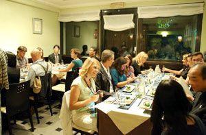 徳島県産食材を使った料理を楽しむ招待客ら=イタリア・ミラノ市内(県提供)