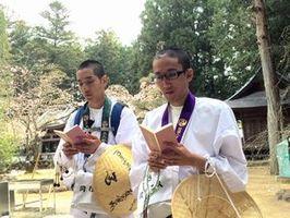 納経する久保さん(左)と長谷部さん=高知県南国市の29番札所・国分寺(ケーブルテレビ徳島提供)
