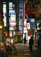 人通りが少ない大阪市北区の飲食店街=14日午後