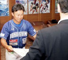 飯泉知事(右)から優秀選手賞の表彰状を受け取る垂井主将=県庁