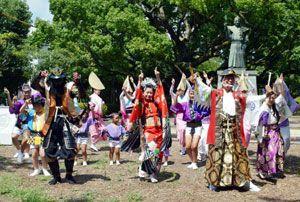家政像前で下城踊りを披露する踊り子たち=徳島中央公園