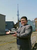 東京都墨田区に構える部屋の建設予定地に立つ押尾川親方(本人提供)