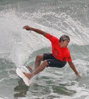 男子2回戦 波を攻める五十嵐カノア=宮崎市の木崎浜海岸